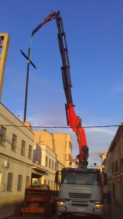 Camión grúa para reparaciones en edificios