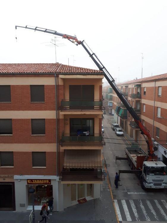 Trabajos con camión grúa en Almansa