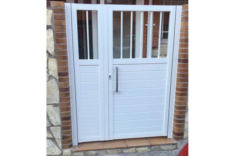 Puerta de aluminio lacado blanco con portero automático y cerradura