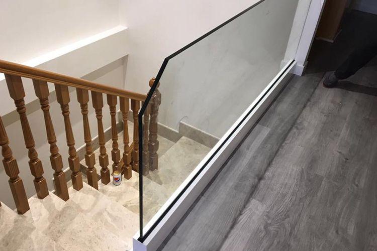 Barandilla de aluminio y cristal en vivienda