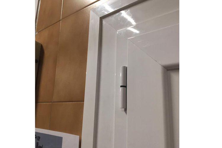 Fijo en puerta de aluminio