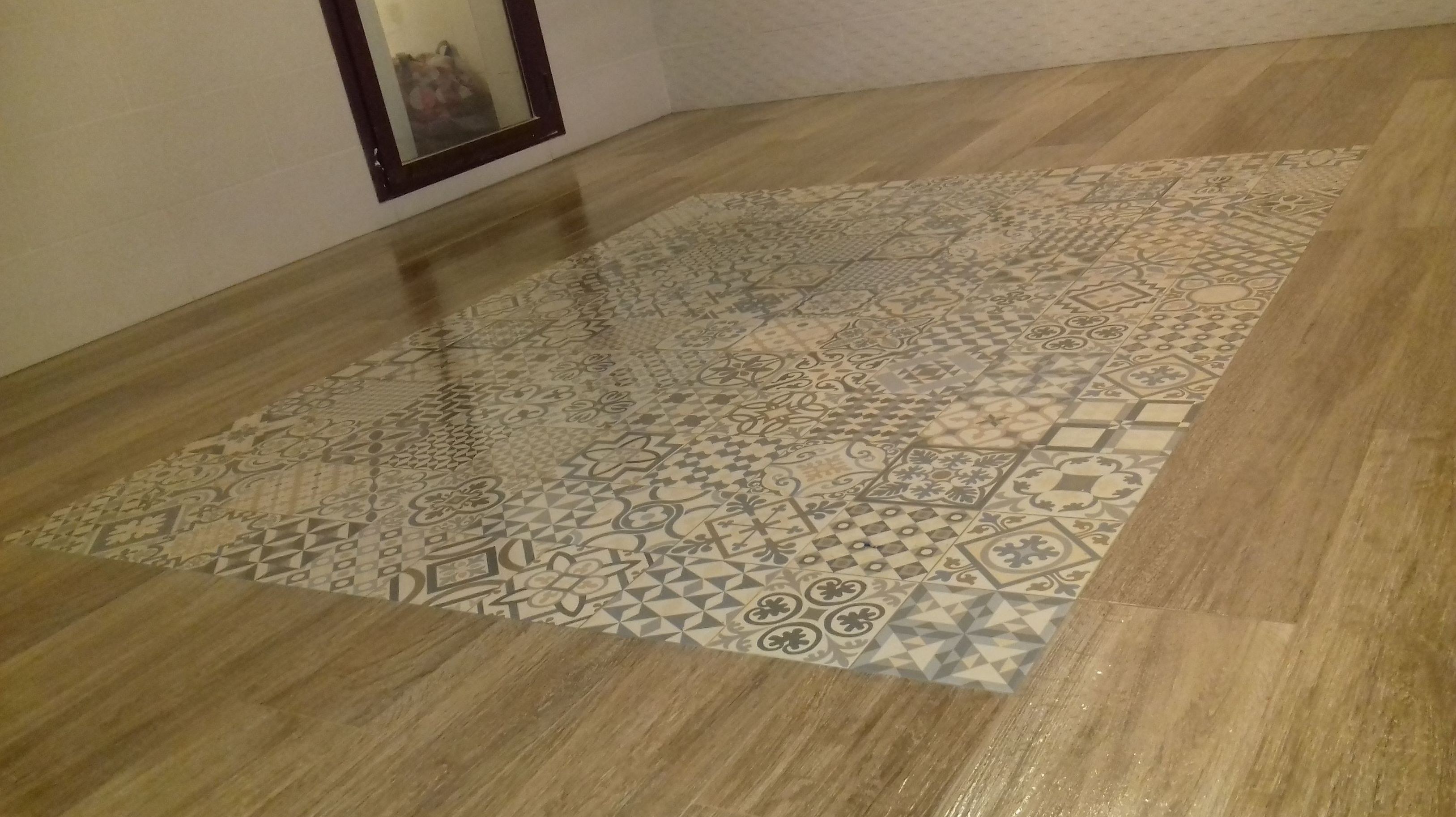 Solado con porcelanico imitación madera con alfombra de hidraulico