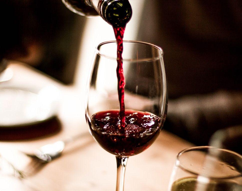Vinos tintos y blancos en bar de Vélez Málaga