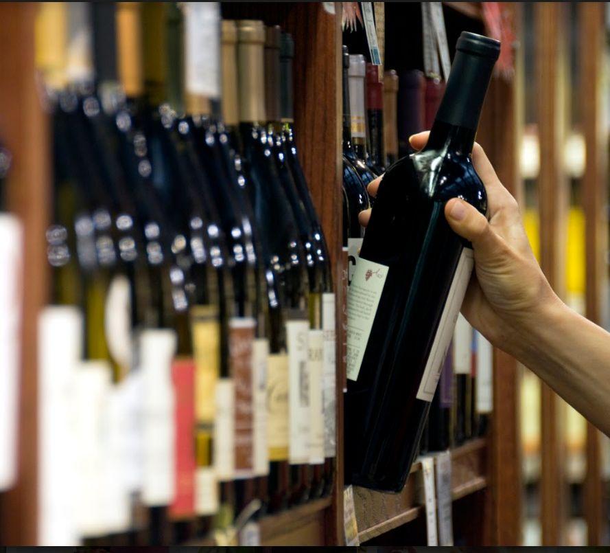 Bebidas nacionales y de importación en bar en Vélez