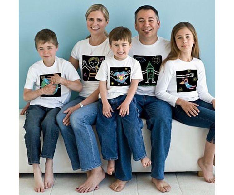 Una familia con camisetas originales
