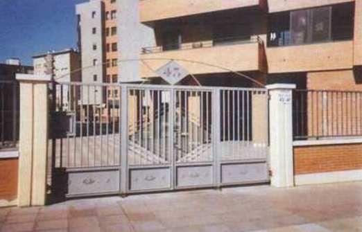 Puerta de rejas de edificio