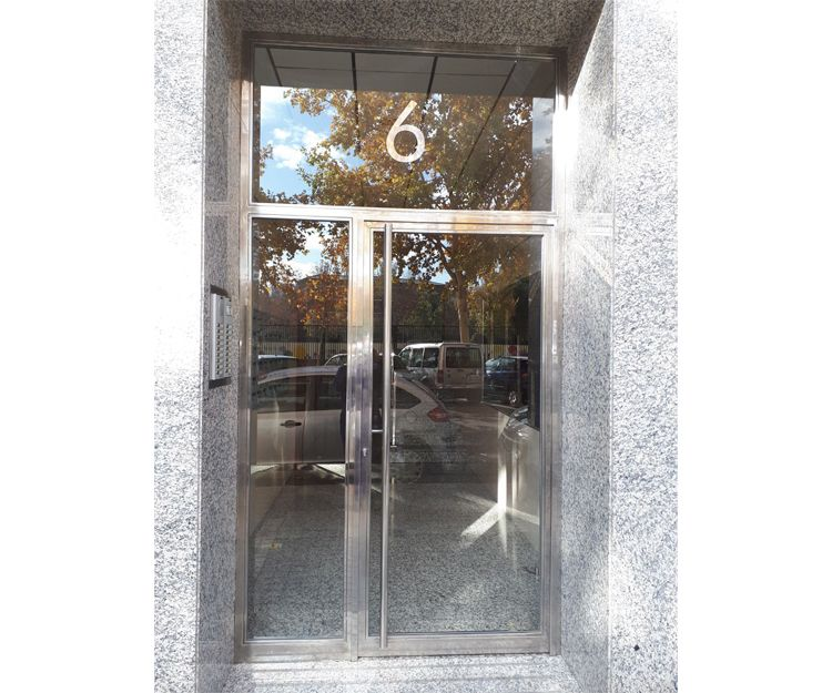 Puertas de acero inoxidable en Zaragoza