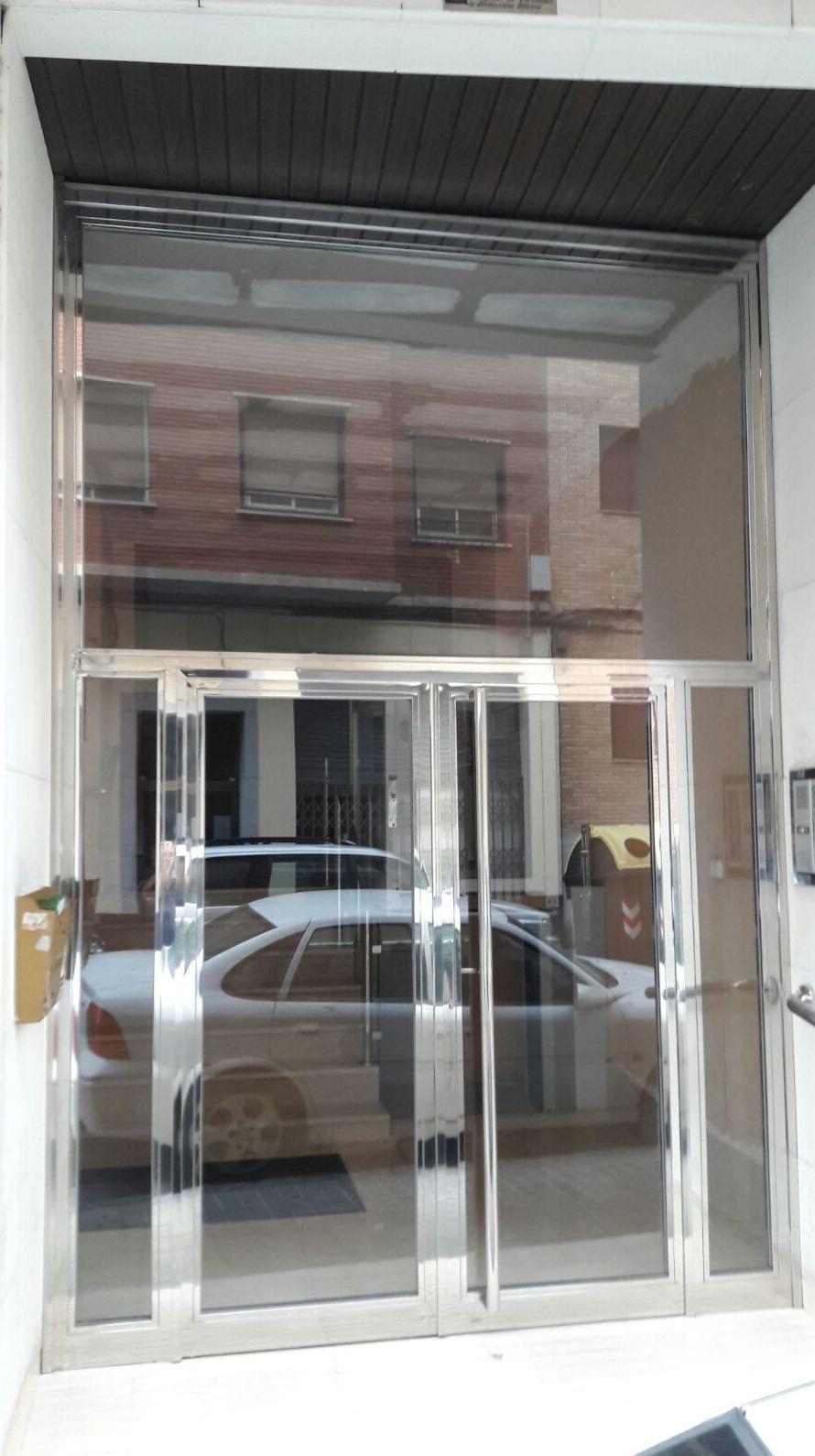 Fabricación de puertas de edificios en Zaragoza