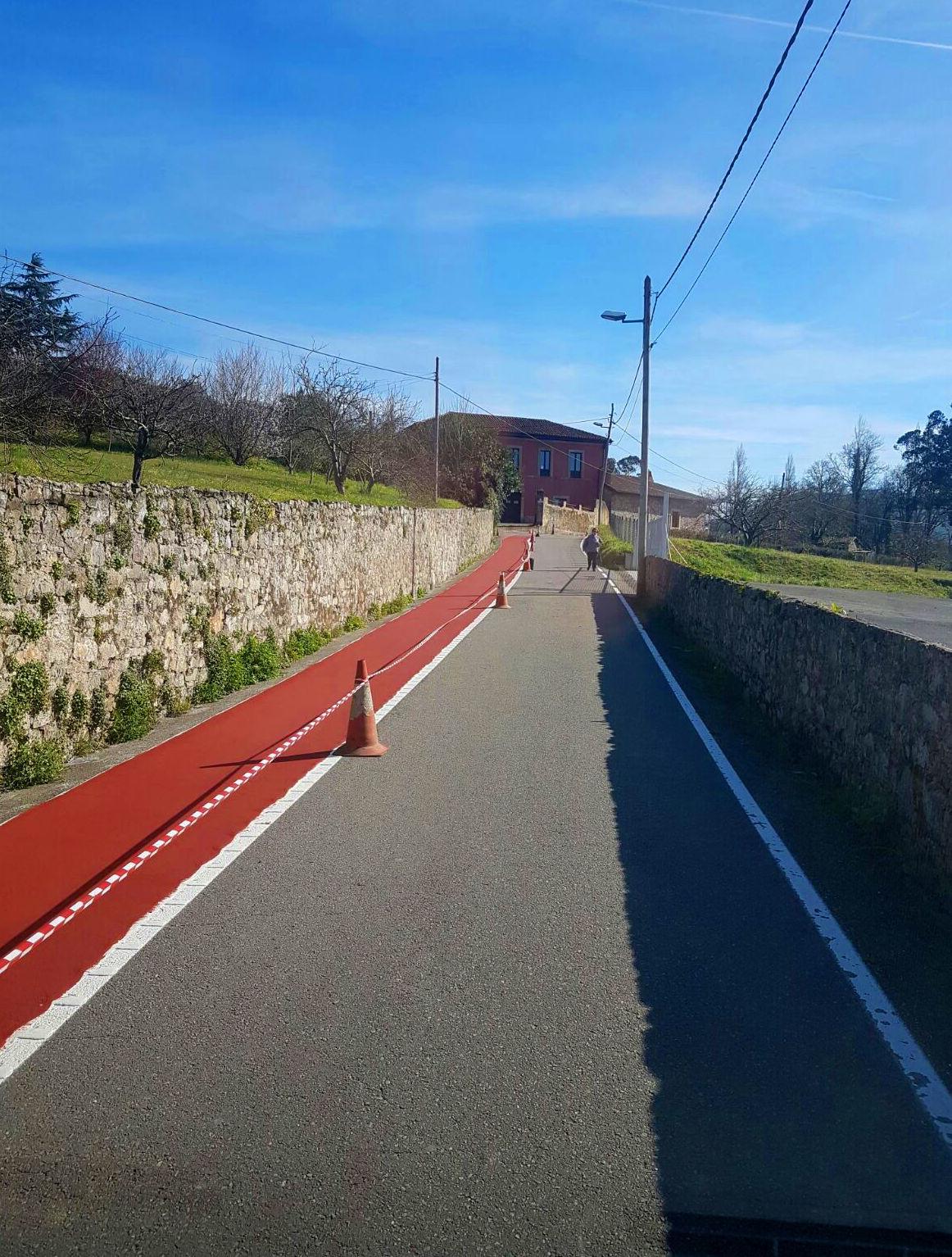 Aplicación de slurry rojo para circulación peatonal en Vsllaviciosa
