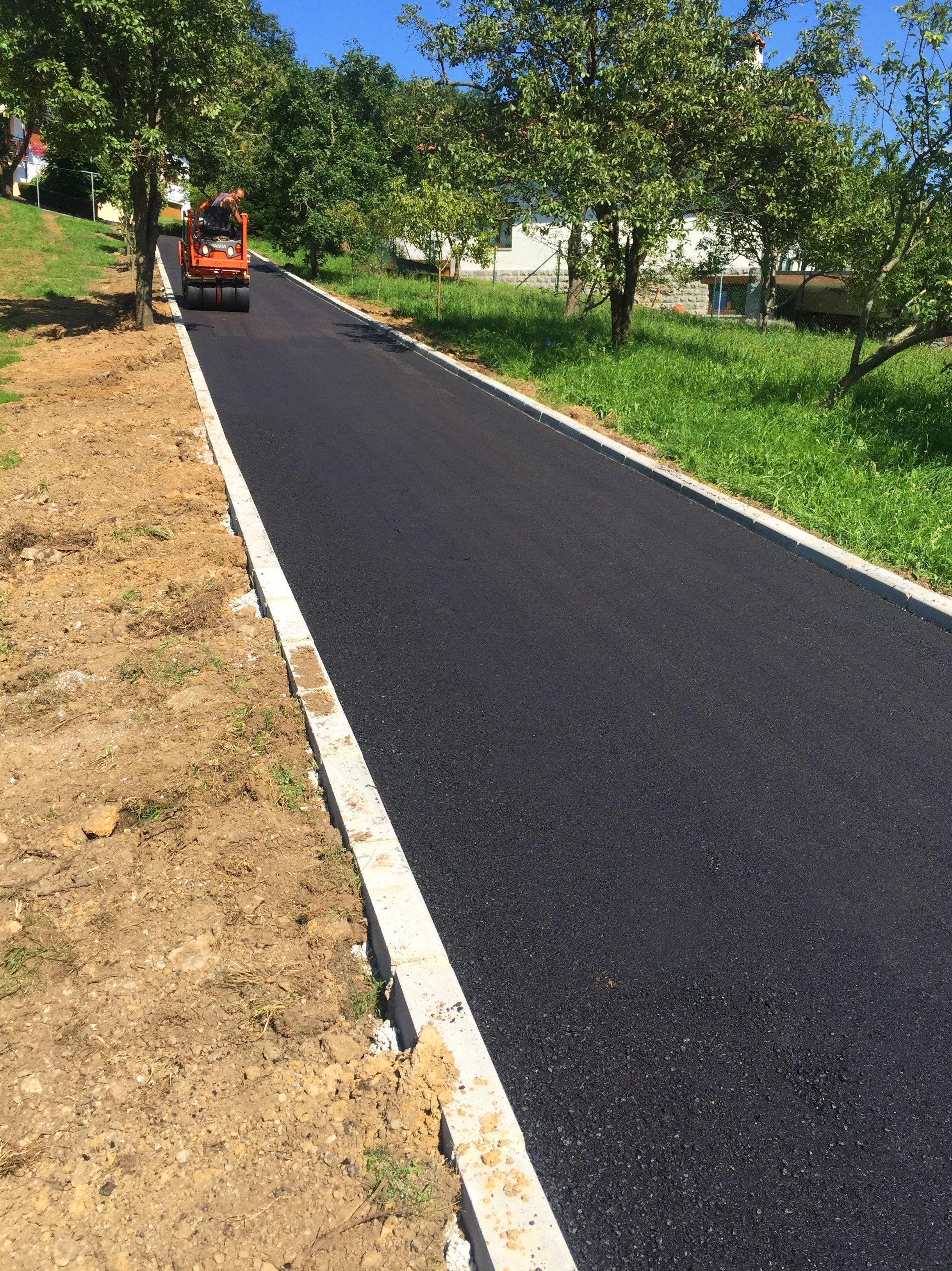 Pavimentación de camino a acceso a casa en Infiesto