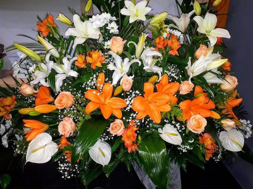 centro floral en tonos naranjas