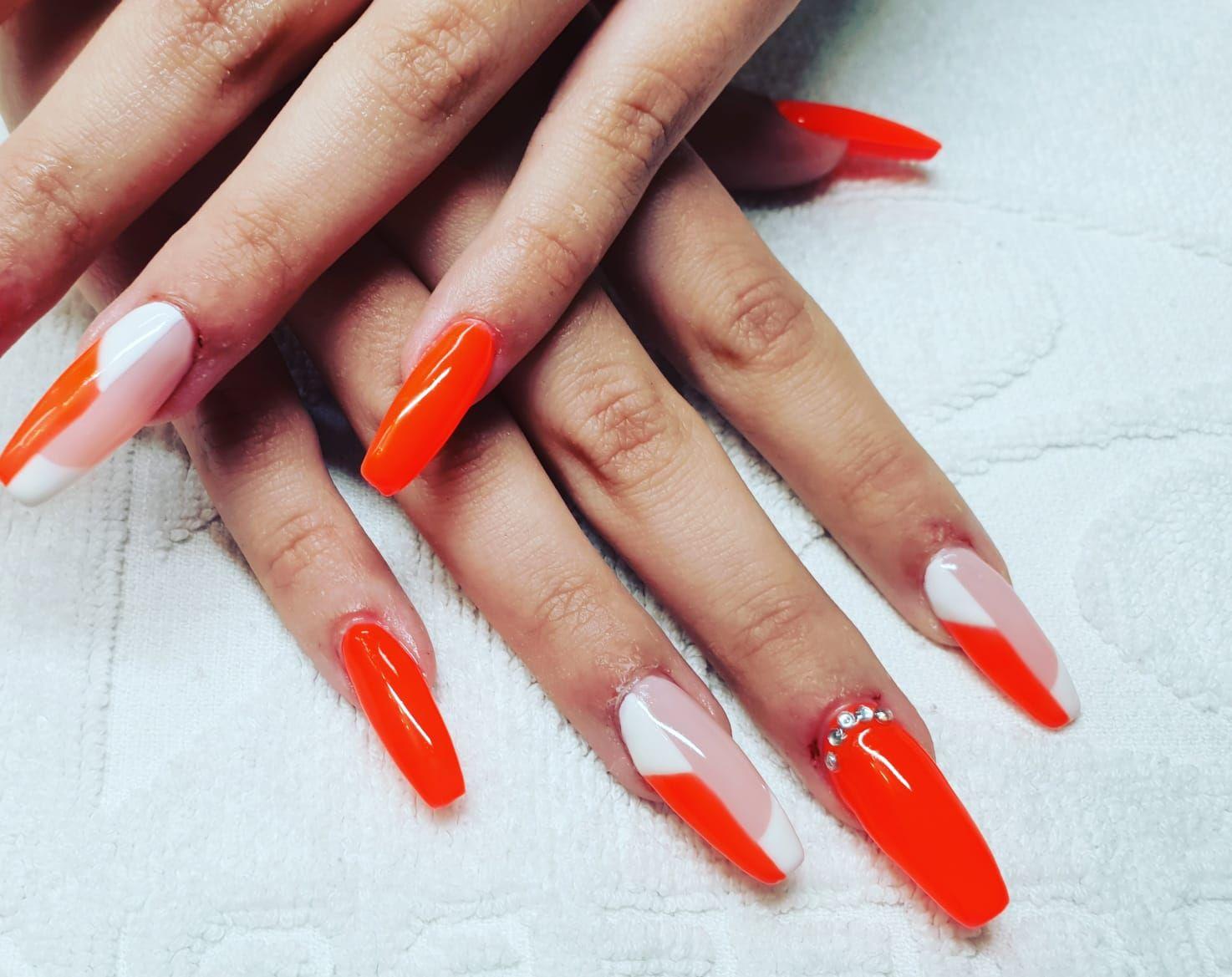 Uñas Stiletto, las uñas de gel que alargan tus manos. Preciosas! Diferentes decoraciones y diseños.