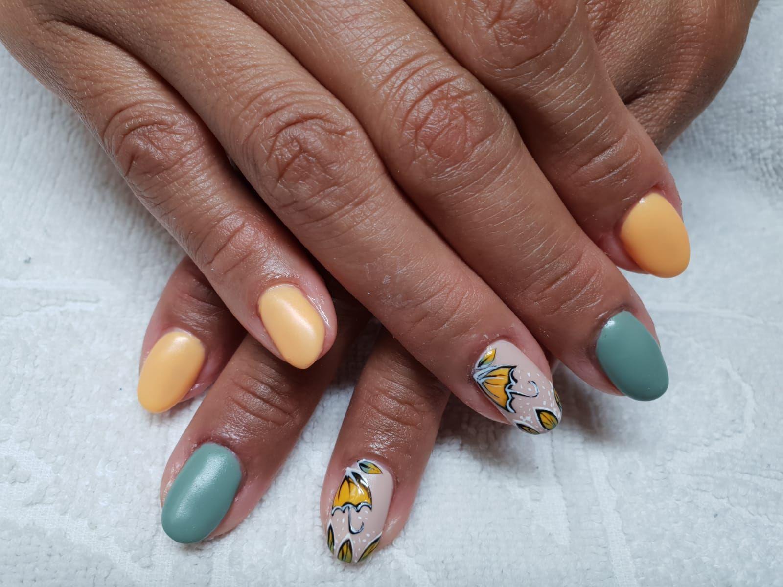 Escoge tu diseño de uñas y pide cita