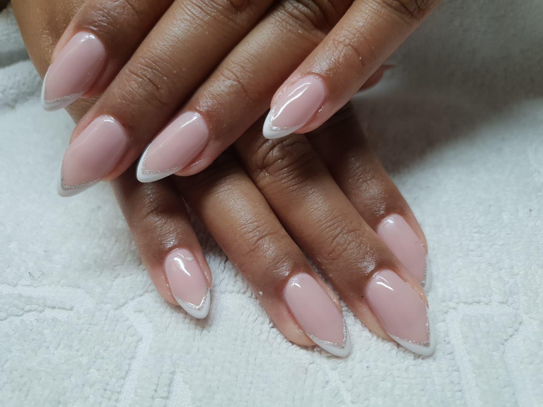 Manicura rusa con uñas decoradas.