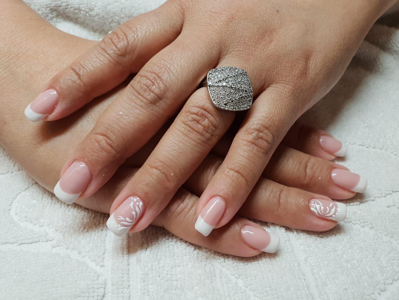 Manicura francesa con decoración de uñas