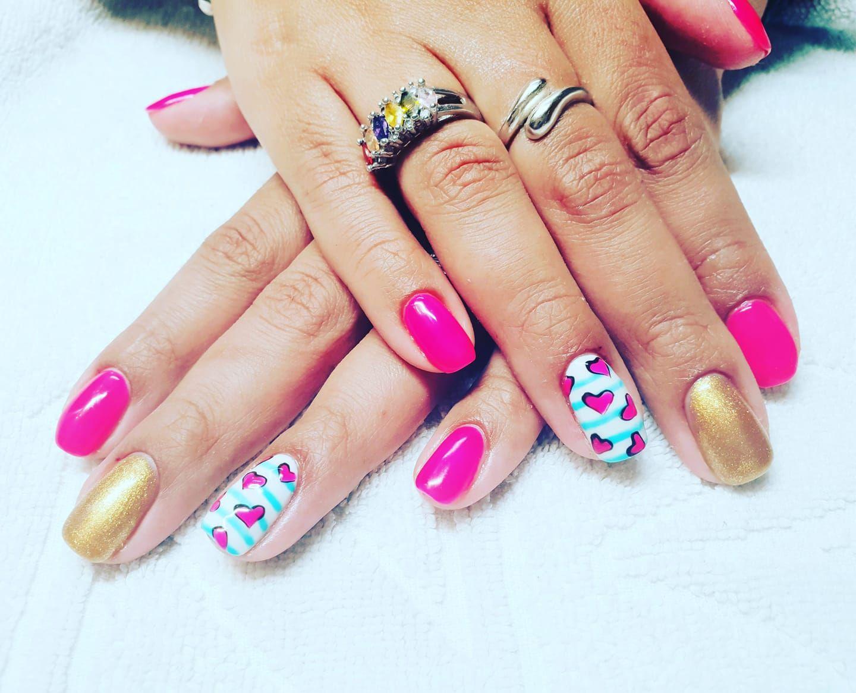 Viste tus uñas de color y diseños con glamour!