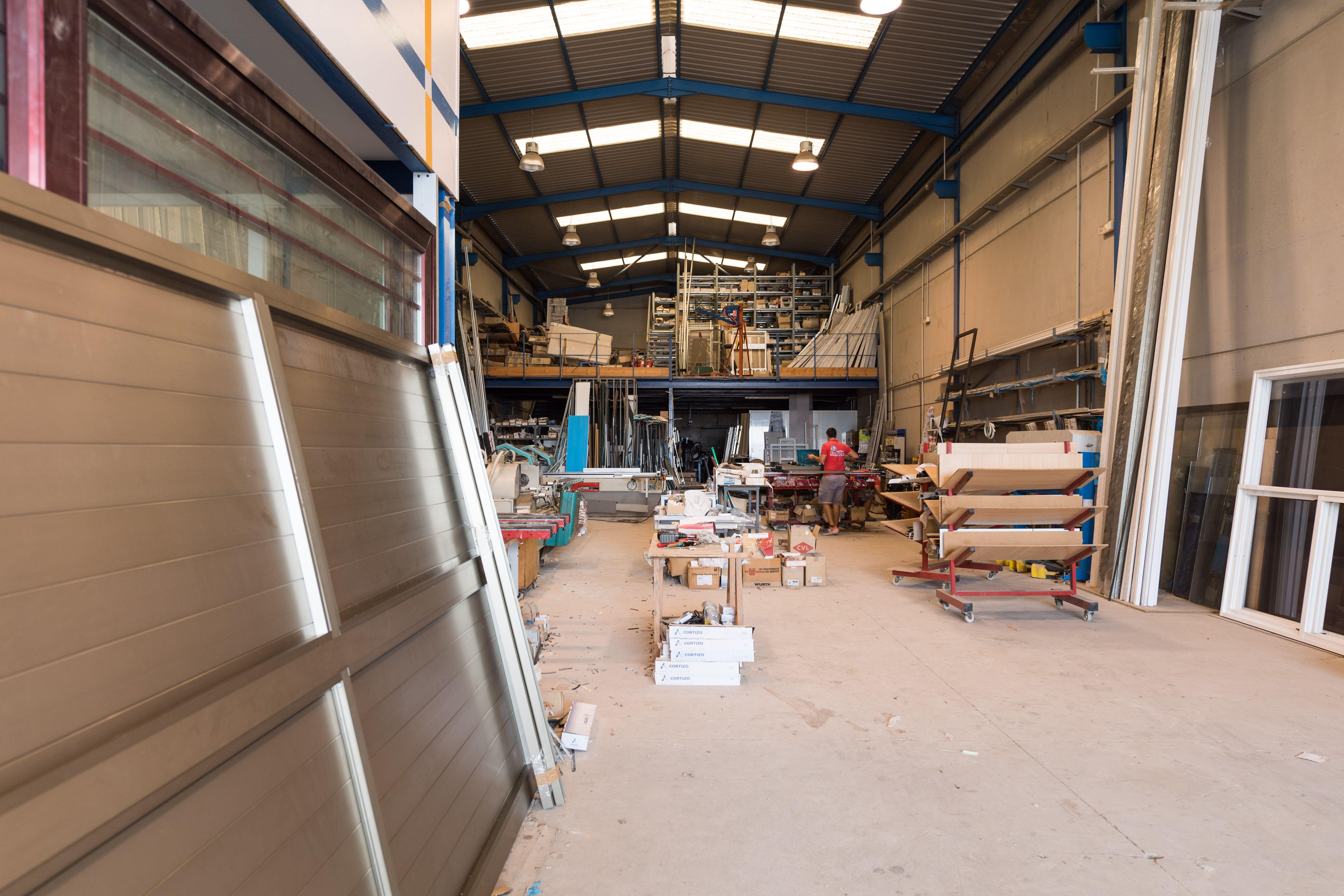 Amplia nave para la fabricación de ventanas de aluminio