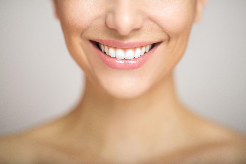 Estética dental: Servicios y casos de clínica dental DR. MOLINETE