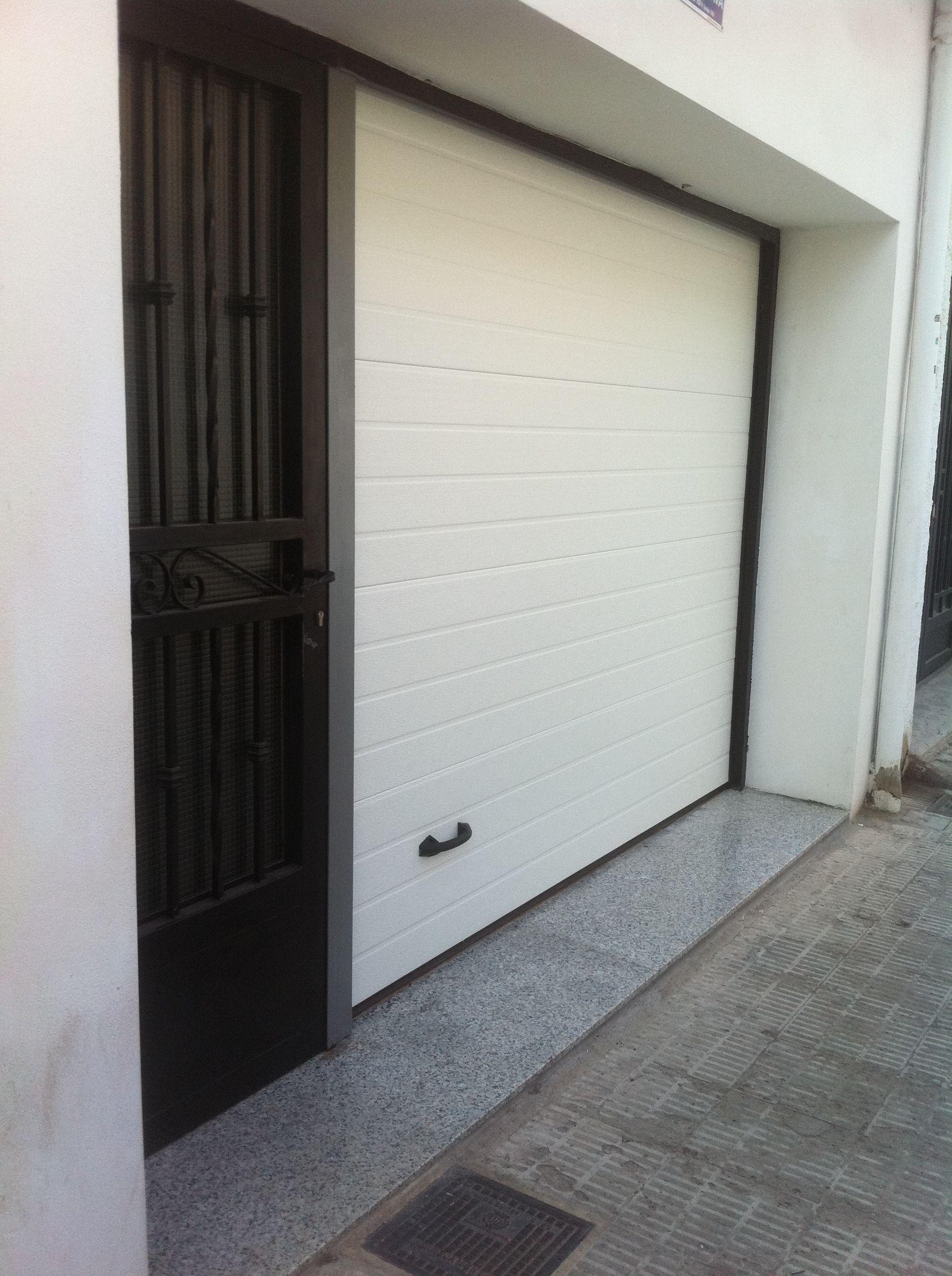 PUERTA SECCIONAL DE GARAJE.: Catálogo de Jgmaluminio