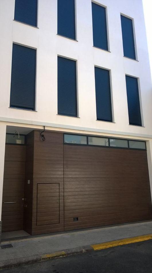 Trabajo en puerta seccional y fachada