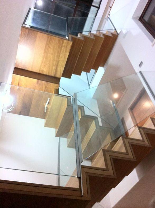 Escaleras de diseño en madera y cristal