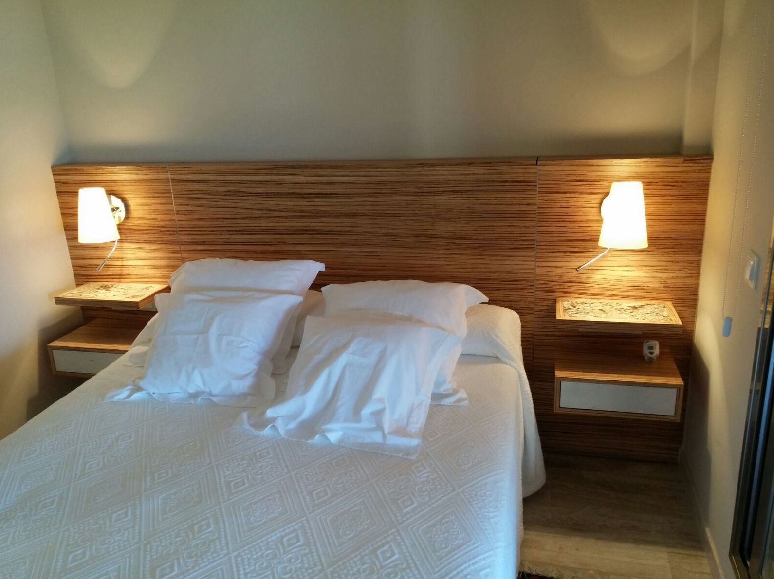 Cabecero de cama y mesillas de diseño en madera