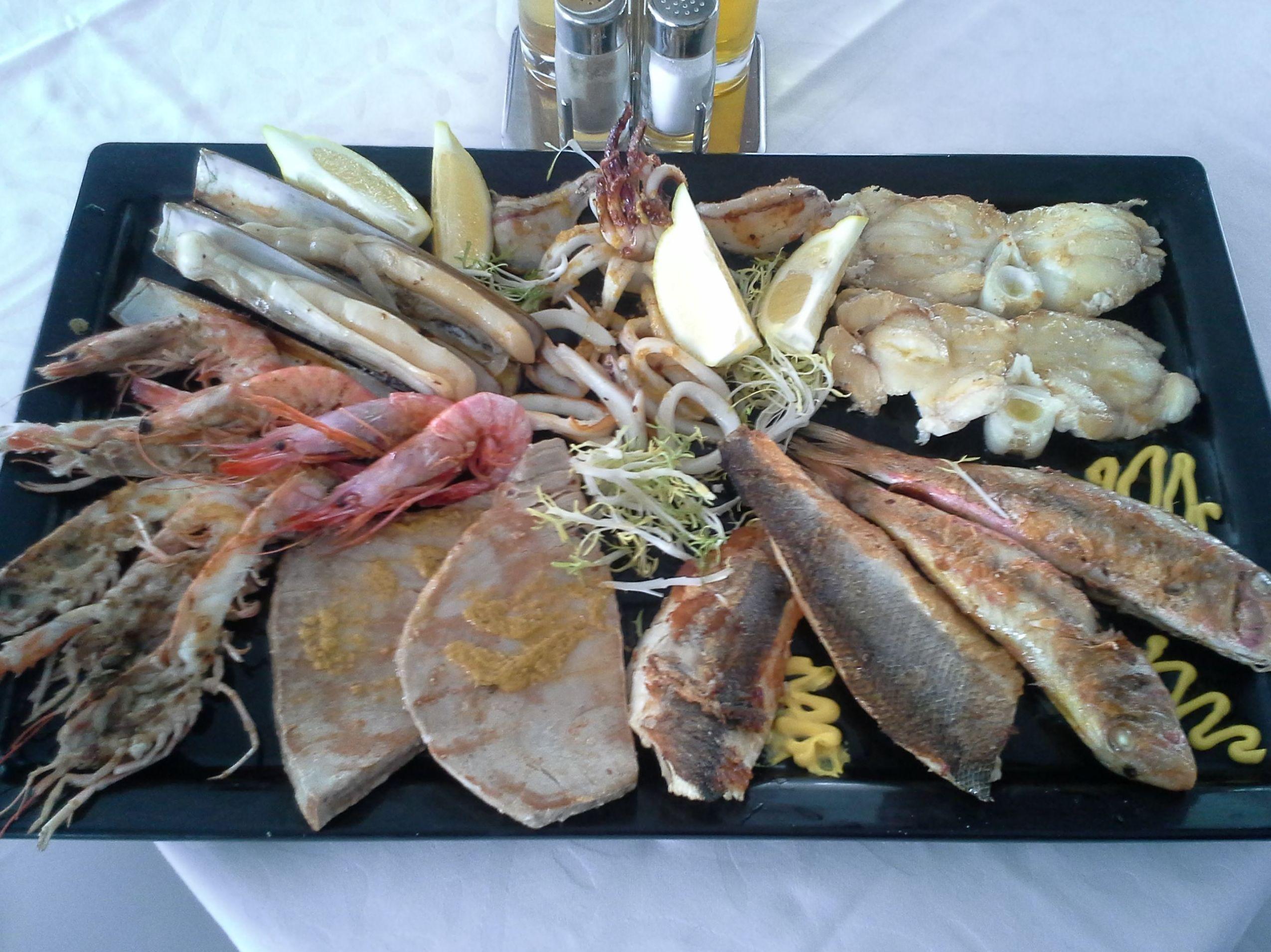 Parrilladas de pescados y mariscos recién traídos de la lonja