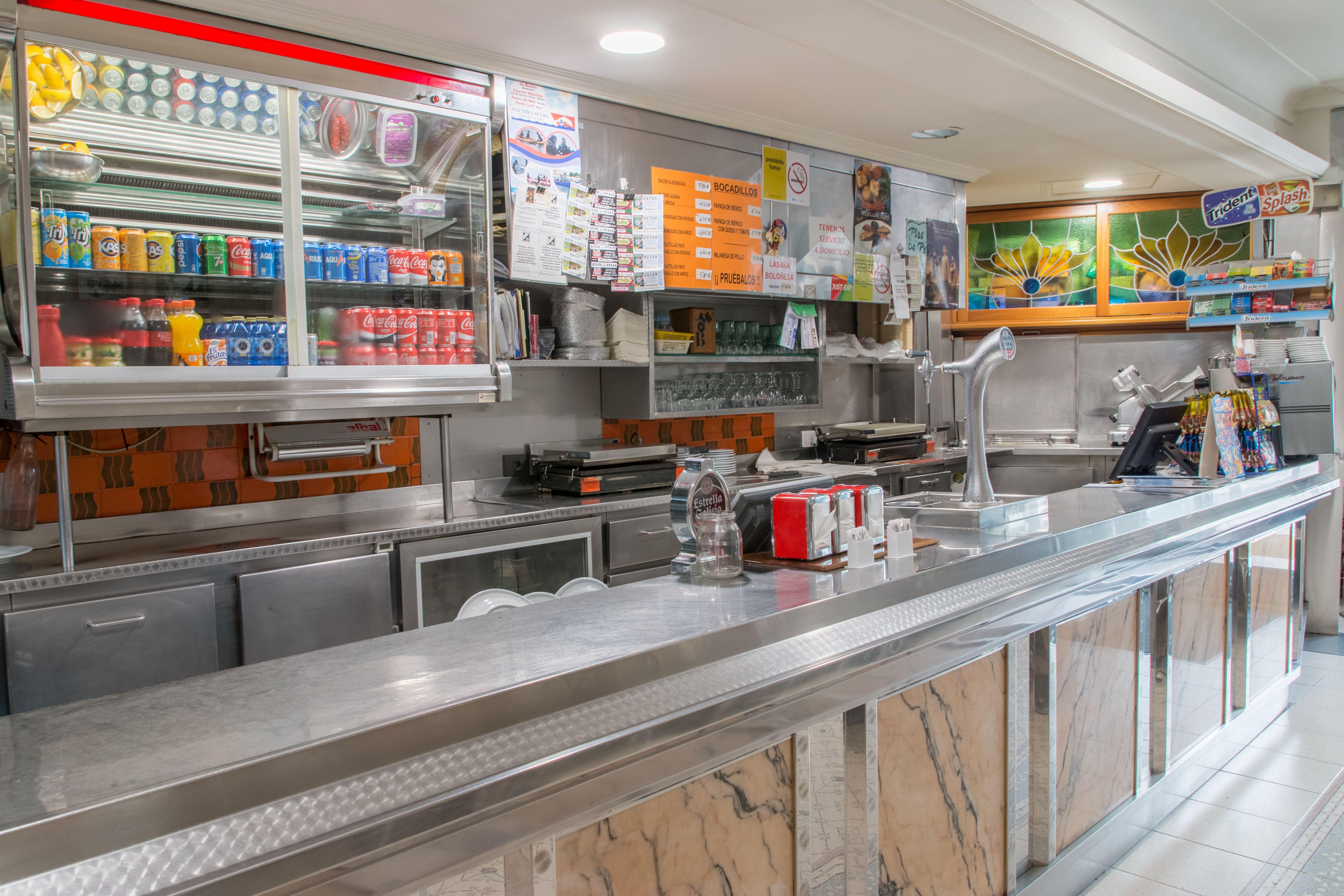 Foto 2 de Establecimiento con una amplia variedad en bocadillos, pollos asados, sándwiches y hamburguesas en Santiago de Compostela | O Rei Do Bocadillo