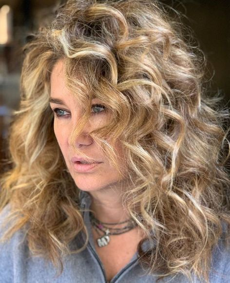 CURLY HAIRSTYLE & HIGHLIGHTS