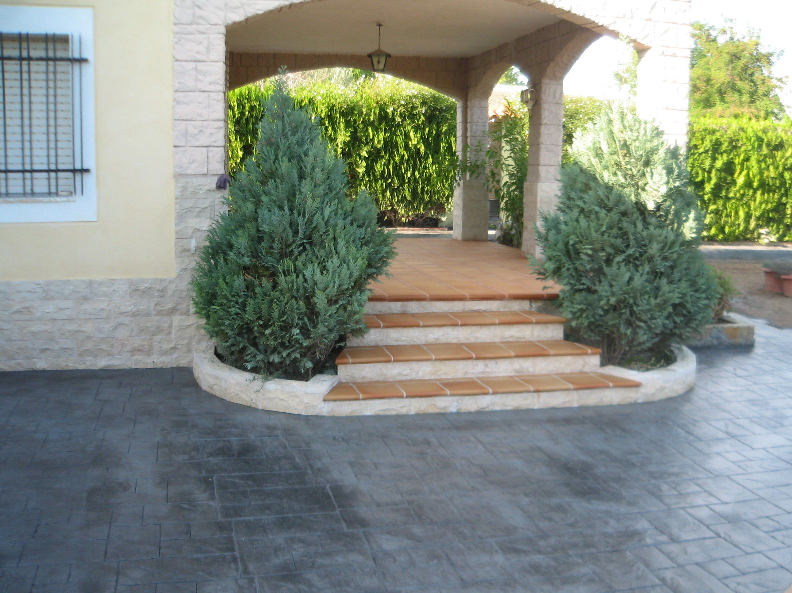 Pavimento impreso y escalera revestida con Gres de Aragón.