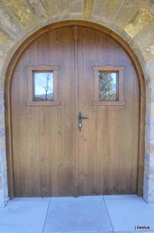 Puertas rústicas y convencionales,
