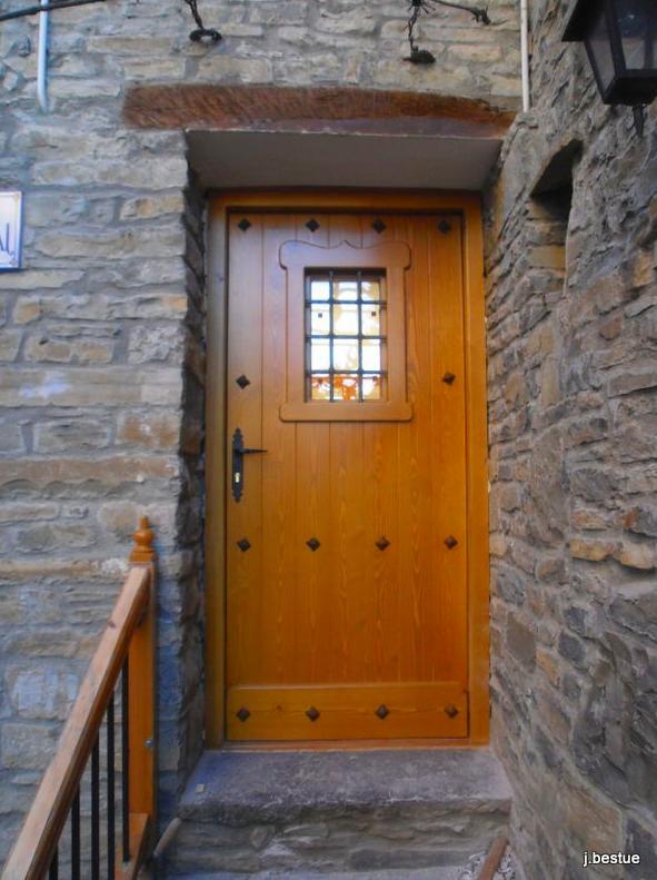 Fabricamos puertas rústicas y convencionales