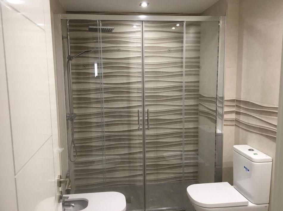 Colocación de mamparas de baño