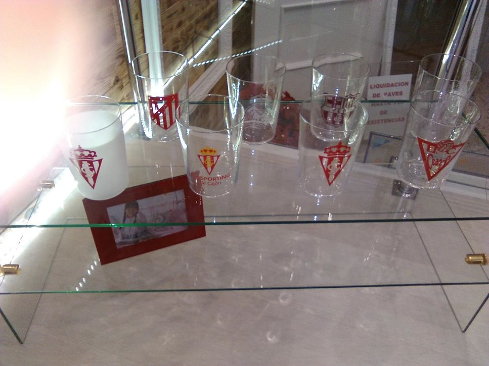 Merchandising en vidrio del Sporting de Gijón