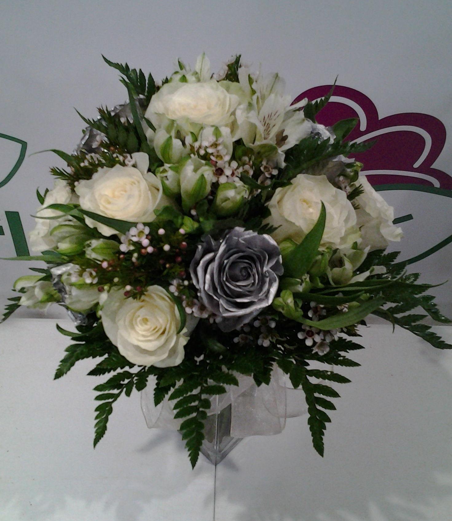 Ramo de rosas blancas y plata: Servicios de Arte Flor