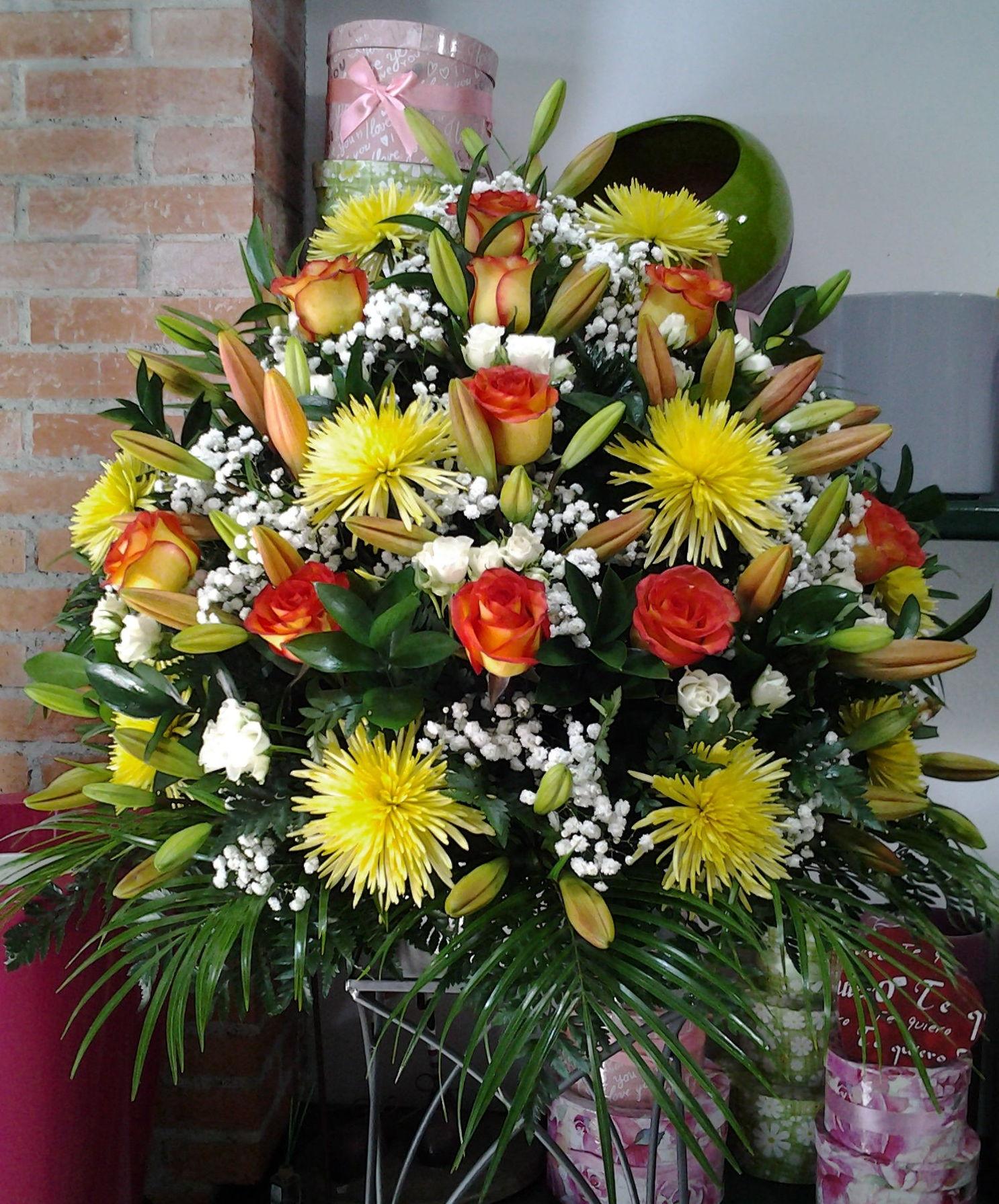 Centro a una cara de flor variada: Servicios de Arte Flor