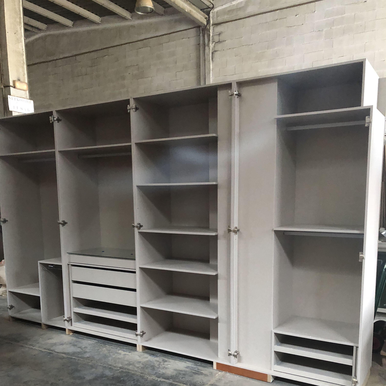 Interior de armario empotrado, faltan las puertas