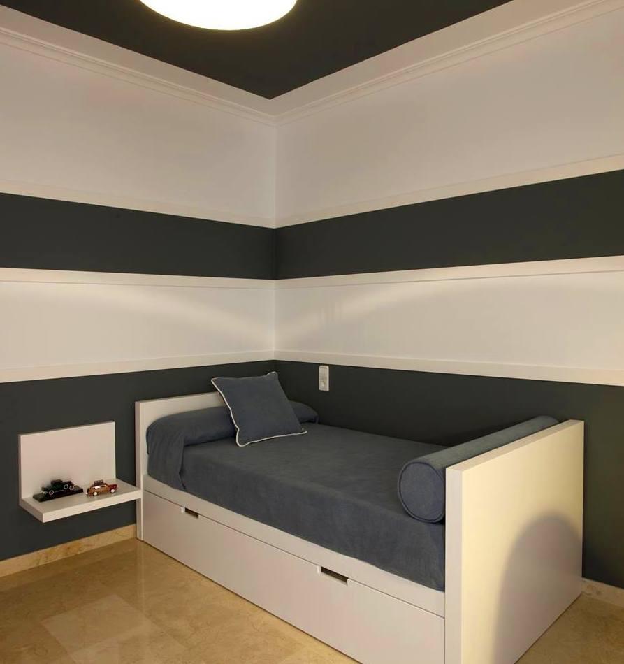 cama nido, ángulo mesilla, cornisa y tiras lacadas en pared