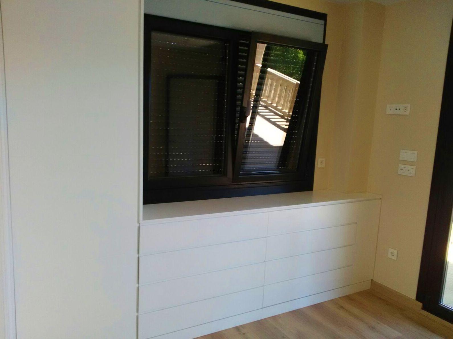 Cómoda bajo la ventana realizada en DM lacada en color blanco