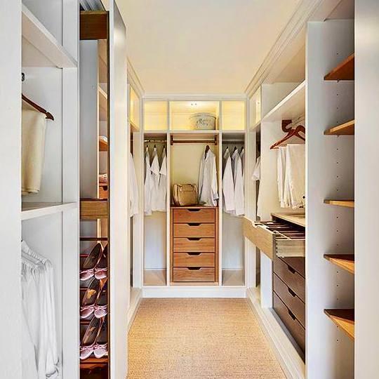 vestidor en blanco y madera