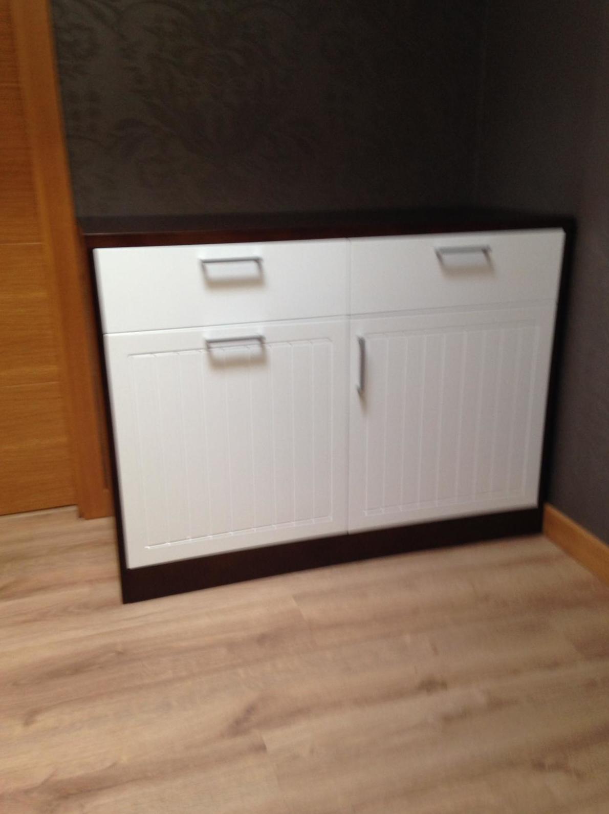 Mueble plancha acabado en laca blanca y barniz nogal