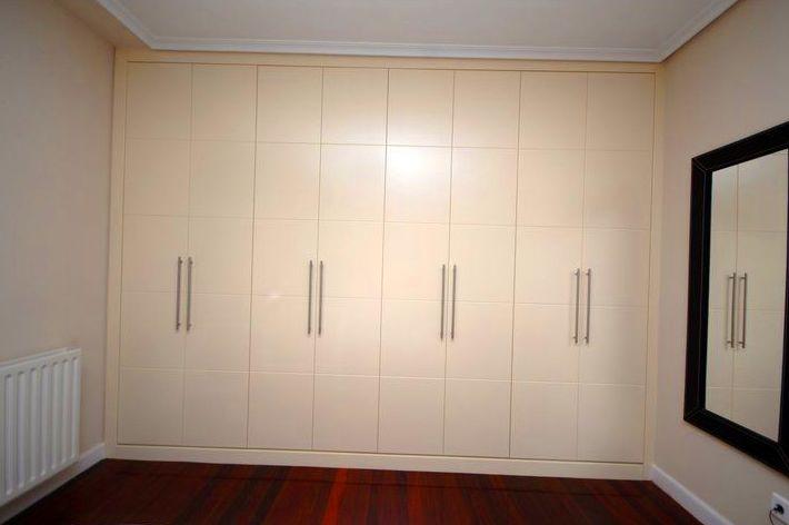 armario empotrado con ocho puertas
