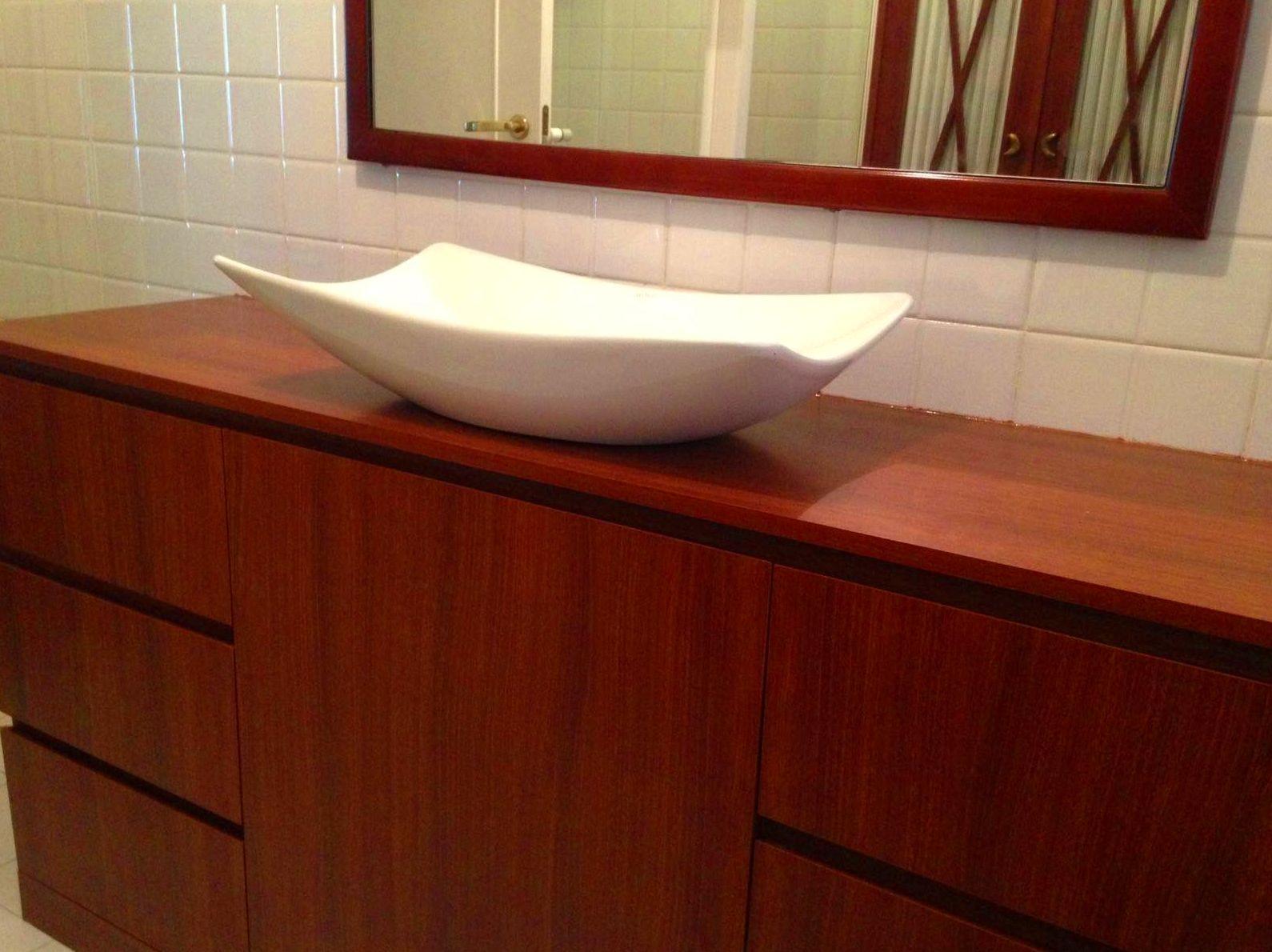 Mueble de baño a medida, Marco con espejo y armario con X