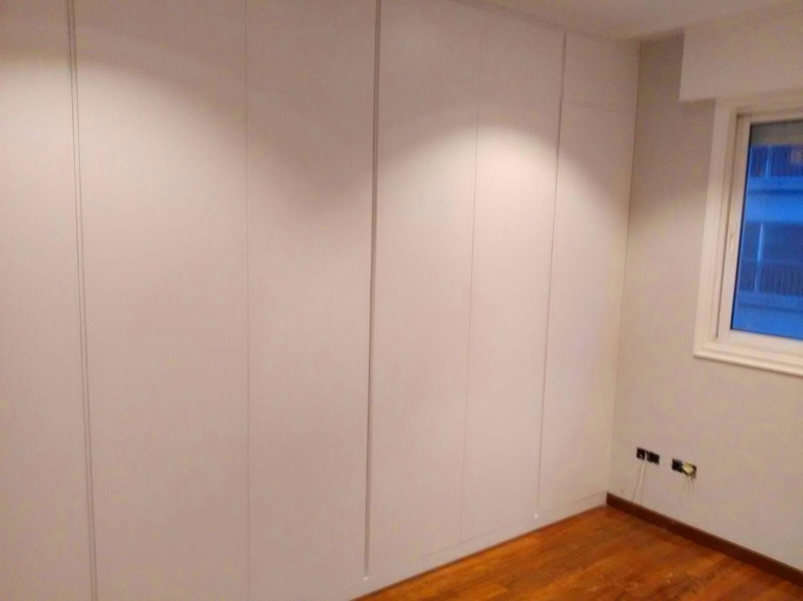 Armario empotrado, puertas lisas con uñeros, lacado en blanco