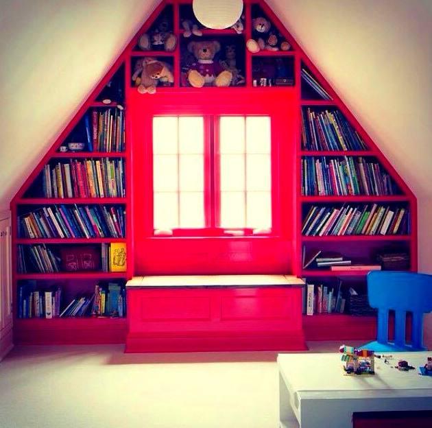 estantería abuhardillada lacada en color rojo