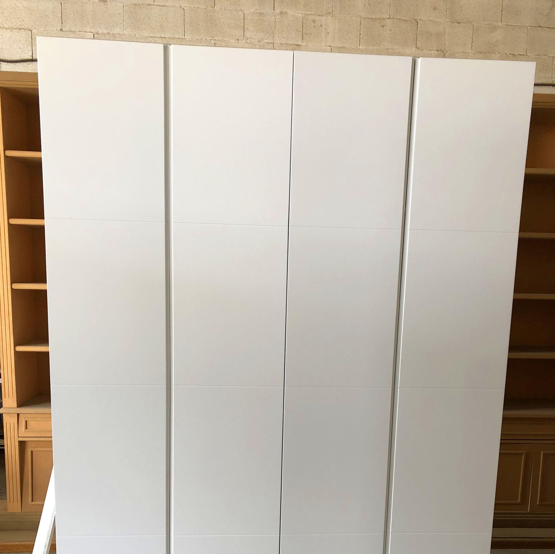 Exterior armario empotrado realizado en DM, lacado en color blanco
