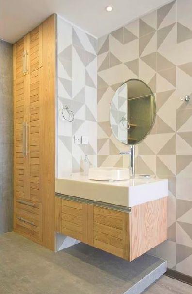 madera de pino en los muebles del baño
