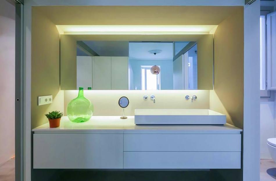 mueble de baño aprovechando todo el hueco