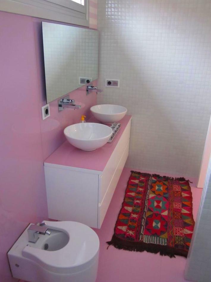 baño con encimera de color rosa