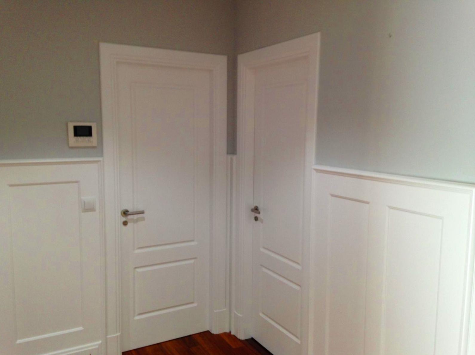 Puertas de paso y zócalos altos lacados en color blanco